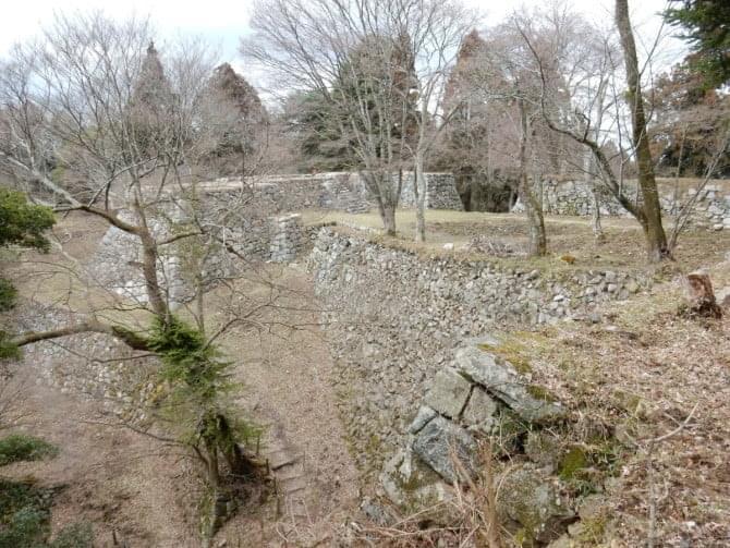 高取城跡_08 本丸南西方面から見た二之丸